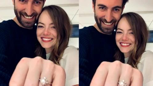"""""""石头姐""""艾玛·斯通宣布订婚 戴钻戒与男友合照"""
