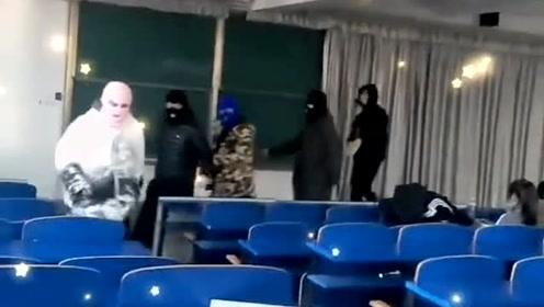 现在年轻人胆子可真大,进教室学习带这帽子,不是只有绑匪才会穿成这样吗?