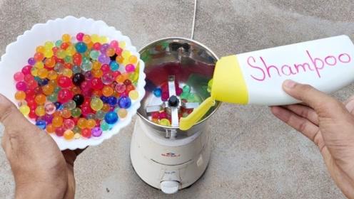 将水宝宝和沐浴液倒进搅拌机一起搅拌,会发生什么?好像一碗奶昔