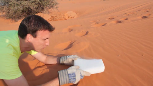 干冰遇见沙漠会怎样?小伙用手轻轻一推,结果让人惊讶不已!