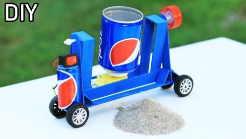 小伙用可乐罐自制混凝土搅拌车,孩子见了玩的不撒手!