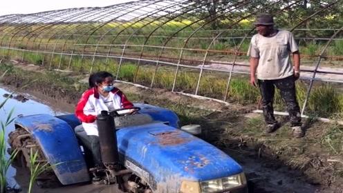 农村小媳妇是个暴脾气,和老公公为了拖拉机杠上了,真是个败家娘们!