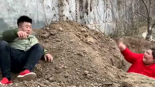 三百斤的老婆嫌弃老公挖洞太慢了,自己动手很快就挖好,结果自己出不来了