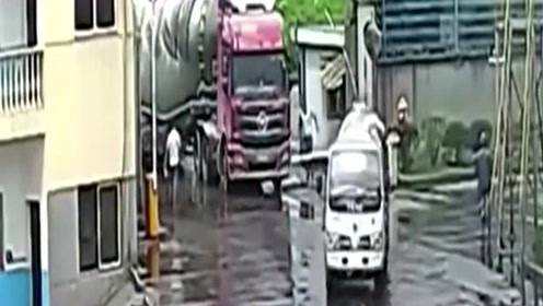 大货车司机怎么也没想到,下车忘拉手刹会把自己害死