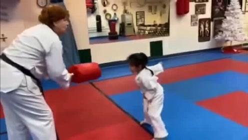 章子怡挺9个月孕肚陪醒醒练跆拳道,却因为一句话让小苹果尴尬