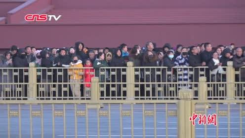 香港新任警务处处长邓炳强率代表团观看天安门广场升国旗仪式