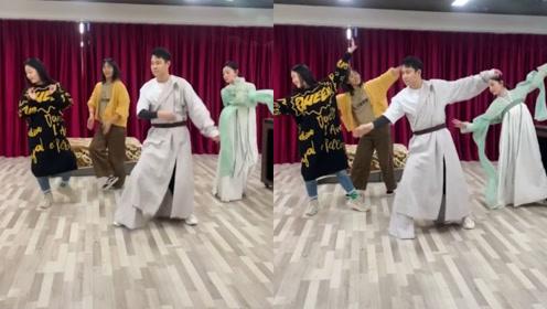 小沈阳与美女跳民族舞,怎么有种东北秧歌的既视感?