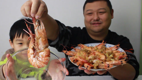 试吃100块一只的黑虎虾,隔壁小孩看着手中25一盘的小河虾,坐不住了!