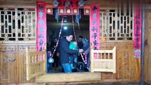 湖南一对夫妻打工10年,修了全村最豪华的房子,猜猜值多少钱