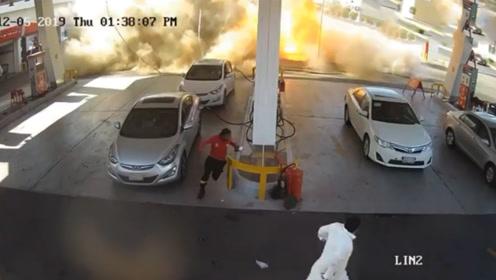 加油站爆炸地面瞬间被掀翻火焰蹿数米高 监拍恐怖瞬间