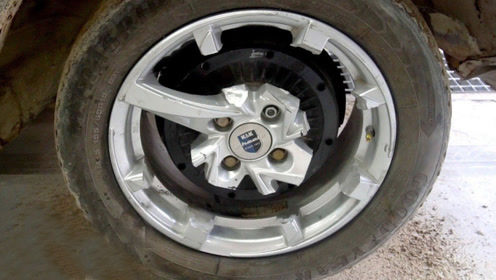轮胎只剩一个轮毂支撑还能跑吗?老外亲测,一起来见识下!