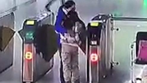 地铁站内,女孩蹲在闸机口不愿离开,妈妈出现后让人泪目...