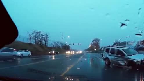 雨天路口的恐怖车祸,SUV打滑失控直接撞飞小轿车!