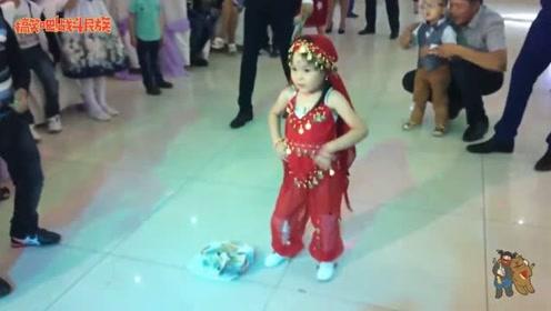 太宠了!家族里唯一的女孩,一跳舞整个家族都围着转