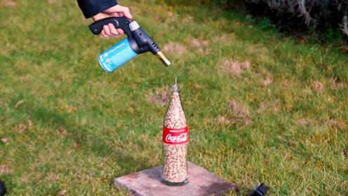火柴被玩出新高度,小伙将1万根火柴塞进可乐瓶,点燃后壮观了!