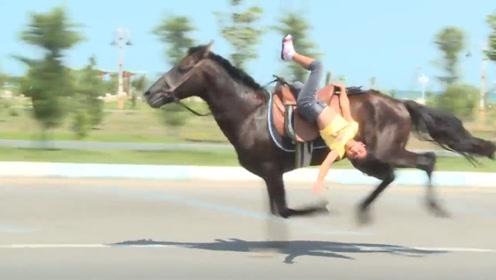 9岁女孩骑马,突然一个侧身单脚挂在马背,惊险的表演!