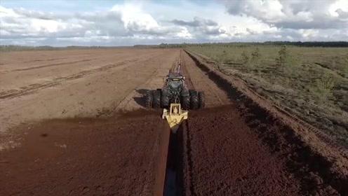 拖拉机改造挖沟机,开沟机,启动后效率牛的很