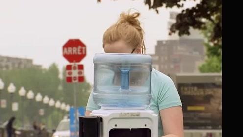 怎么一使用饮水机水桶就会飞上天?路人吓到直接跳起,吓死宝宝了