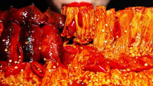 美女吃播吃爆辣金针菇,搭配非常有嚼劲的鱿鱼,一口接着一口太满足了!