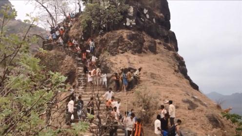 马儿下山时受惊,直接往下冲,前面的游客反应过来时,已经晚了
