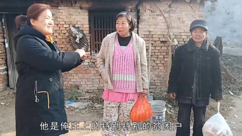 农村68岁大叔路边捡一傻媳妇,平时是怎样生活的,看完不敢相信