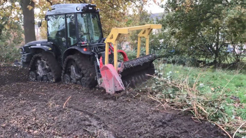 强大的开荒机械,过一遍,杂草杂木都变渣渣