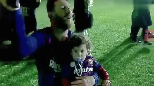 """巴萨夺冠庆典,球场上无所不能的梅西,被儿子像玩具一样""""玩弄"""""""
