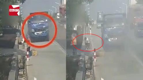 司机没系安全带被撞出窗外,一头栽地:受伤司机无证驾驶