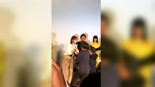 王珞丹现身发布会,怎料却被粉丝大胆求婚,结果太尴尬了!