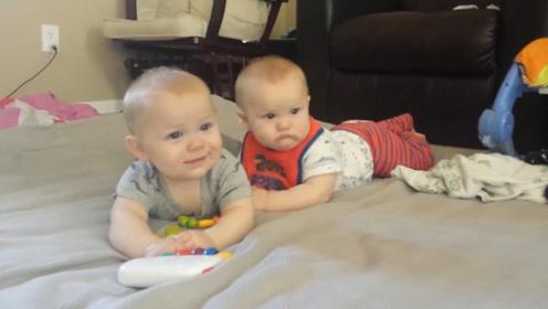 爸爸弹吉他,双胞胎趴在床上,神同步的晃着小脑袋,给爸爸伴奏