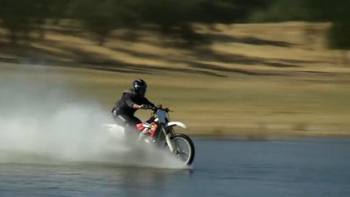 摩托车只要速度够快,就可以水上漂?飞向水面这一幕太壮观了