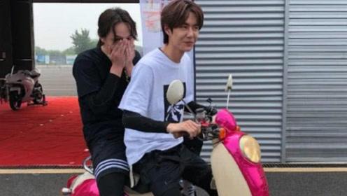 王一博骑摩托带尹正兜风,看到他们放在座驾上的腿,粉丝:难受不?