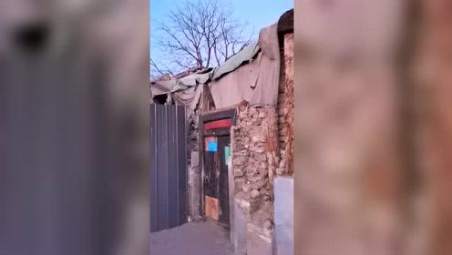 这房子在农村不值钱,可在北京那就值钱了,更何况门前不远就是人民大会堂!