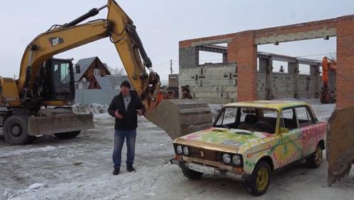 大叔把轿车当发泄对象,用挖掘机蹂躏汽车,网友:这挖机师傅主业是厨师吧!