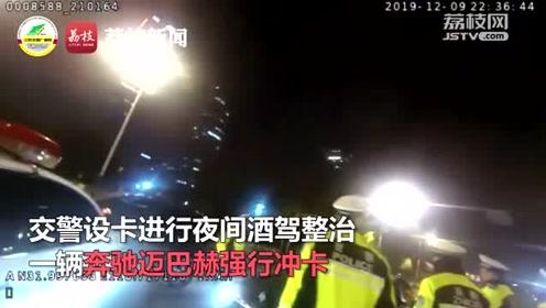 奔驰迈巴赫被拦后闯卡,车窗遭当街砸烂,司机被拷走……