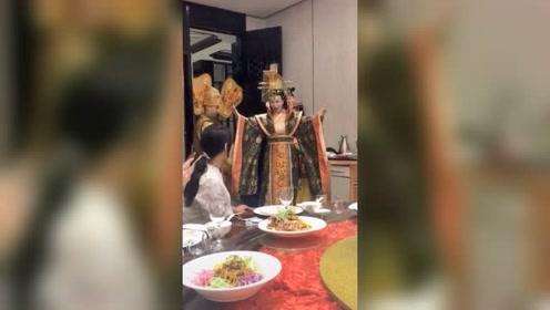一桌人正在吃饭,突然发生的这一幕,让我不敢吃了!