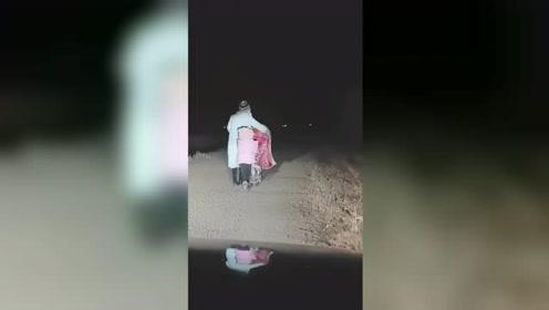 司机开夜车偶遇一对母女,女孩在车前6次转身惹众网友泪崩