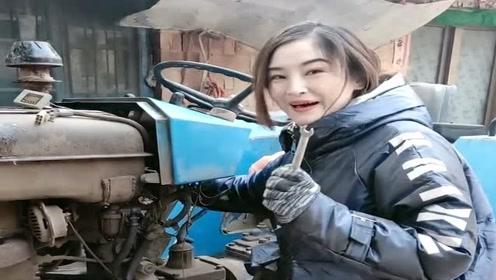 农村小媳妇厉害了,竟然拿着扳手在拖拉机上玩电打火,胆子不小啊!