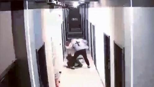 女子遭家暴被男友从家打到走廊 监控拍下施暴过程