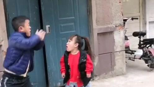 两个小矮人打架,姐姐一开门,男子尴尬了