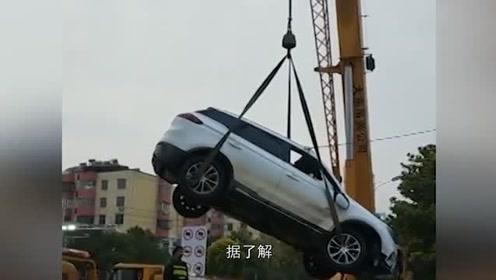 重庆汽车失控坠河,老人冰河上大哭:我女儿还在里面