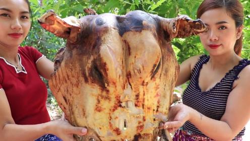 国外两美女成吃货,10斤烤牛头大口大口吃,蘸着酱更加美味
