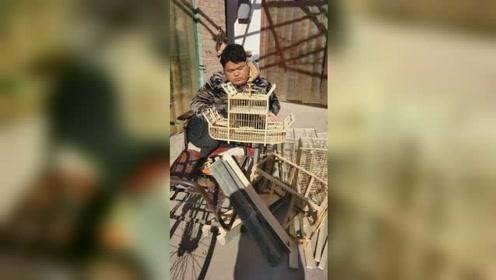 男子患小儿麻痹症为养家做鸟笼,手摇轮椅到8公里外集市售卖