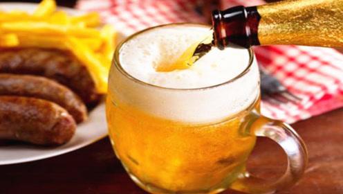 喝啤酒别直接倒,教你一秘诀,一点苦味都没还带点甜,更不涨肚