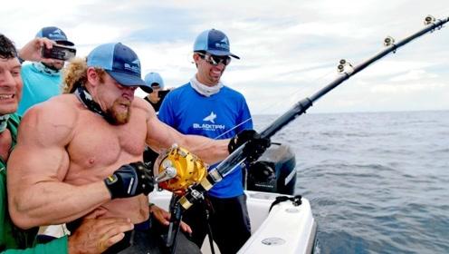一名肌肉男出海钓鱼,结果上钩一条大家伙,拉上来一看赚大了!
