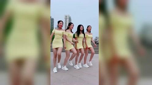 超嗨的一段广场舞视频,4位小姐姐身材很性感,大长腿很亮眼!