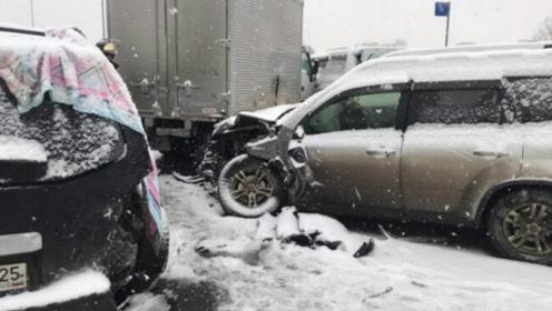 现场!俄罗斯远东地区遭暴风雪袭击 48车连环相撞12人伤
