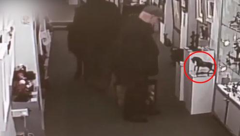 监控曝光!70岁老夫妇假装看美术品 转眼间偷走一座青铜马雕塑