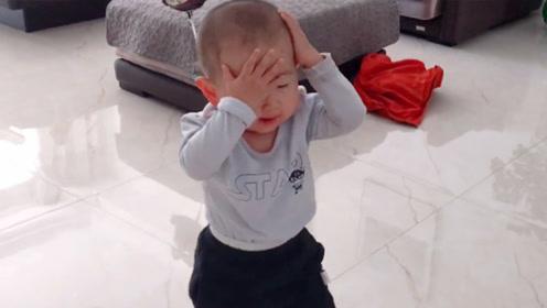 3岁宝宝模仿喝醉父亲,抱头走路摇摇晃晃,网友:真是学到了精髓