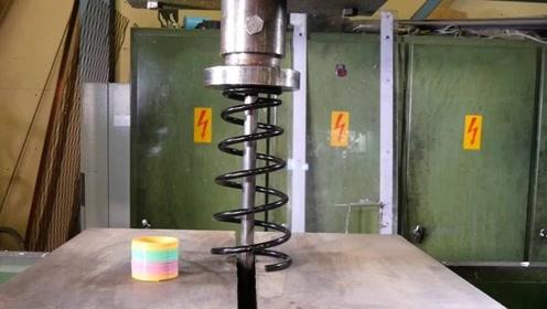 200吨液压机能把汽车弹簧压瘪吗?从没见过这场面,太刺激了!